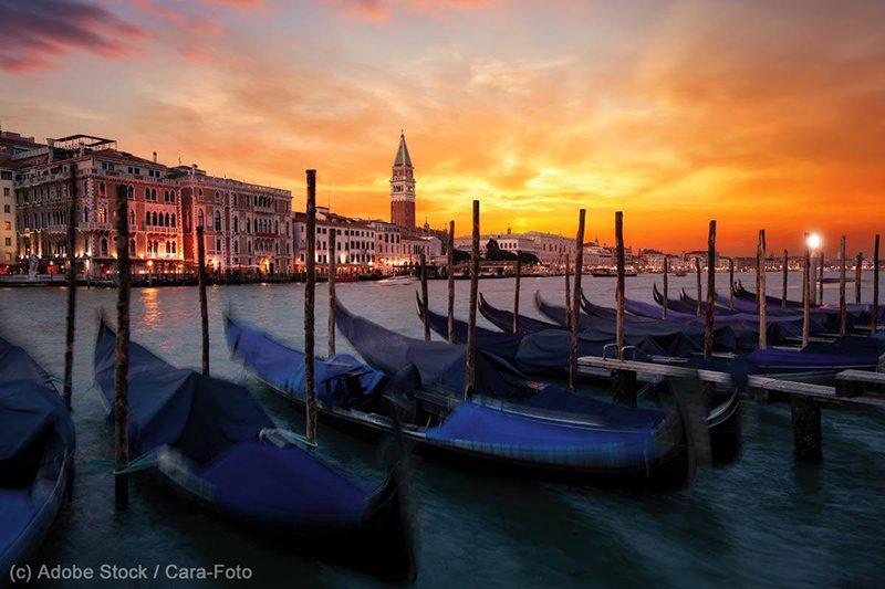 Bild: Typische Gondeln in Venedig